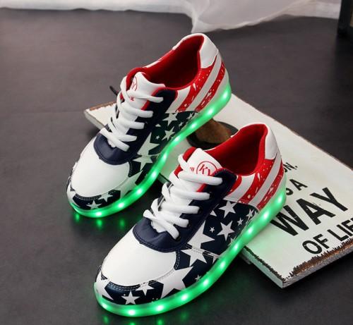 รองเท้ามีไฟ รองเท้า LED สีขาวน้ำเงินแดง มีลายรูปดาว เปลี่ยนสีได้ 11 สี สินค้าพรีออเดอร์