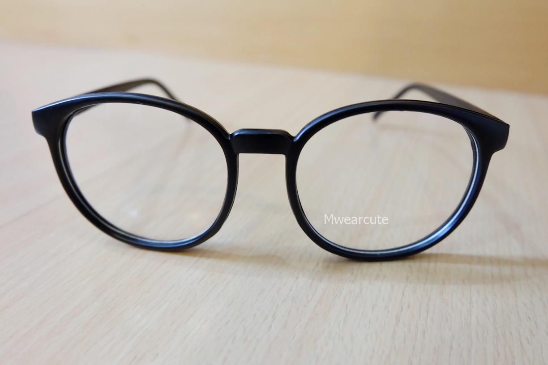 แว่นตากรอบแว่นทรงใหญ่สีดำด้าน