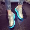 รองเท้า LED มีไฟเรืองแสง แฟชั่นหนัง PU สีเงิน หุ้มส้น แบบร้อยเชือก ปรับเปลี่ยนแสงไฟได้ 7 สี 8 แบบ พร้อมสายชาร์จ USB