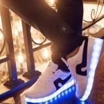 รองเท้ามีไฟ รองเท้า LED สีขาว มีแถบสีดำ เปลี่ยนสีได้ 11 สี สินค้าพรีออเดอร์