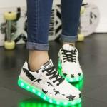 รองเท้ามีไฟ รองเท้า LED สีขาว มีลายรูปดาวสีดำ เปลี่ยนสีได้ 11 สี สินค้าพรีออเดอร์