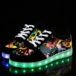 รองเท้ามีไฟ รองเท้า LED สีดำ มีลายเพ้นท์หลายสี เปลี่ยนสีได้ 11 สี สินค้าพรีออเดอร์