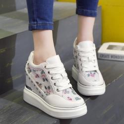 [มี2สี] รองเท้าหนัไมโครไฟเบอร์ ตาข่าย ลายดอกไม้ ทรงสปอร์ต ปักหมุดด้านข้าง พื้นหนา เสริมส้น สวย เก๋ สไตล์เกาหลี