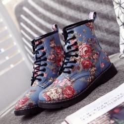 [มีหลายสี] รอเท้าบูทสั้น ผู้หญิงทรงมาร์ติน วัสดุผ้าใบยีนส์ ลายดอกไม้วินเทจ สวย เท่ แฟชั่นสไตล์อังกฤษย้อนยุค