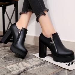 รองเท้าบูทสั้นผู้หญิงส้นสูง หนัง pu สีดำ แต่งซิปด้านข้าง+ด้านใน สวยแฟชั่นสไตล์อังกฤษย้อนยุค ส้นสูง 4 นิ้ว