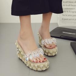 [มีหลายสี] รองเท้าส้นเตารีด ทรงสวม หน้าคาดพลาสติกใสประดับเพชรเม็ดใหญ่ ส้นเป็นงานถักปอ แต่งเพชร+มุก สวยหรู ส้นสูง 4 นิ้ว