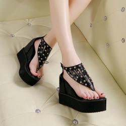 รองเท้าส้นสูงแบบหนีบ แต่งหมุด มีสายรัดข้อเท้า ส้นหนา เสริมส้นสูงด้านใน ซิปด้านหลัง