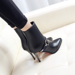 [มี2สี] รองเท้าบูทสั้นหัวแหลม ส้นสูง(ส้นเกลียว) ทรงมาร์ติน มีสายคาดหน้า แต่งหัวเข็มขัด ทรงสวย แฟชั่นสไตล์อังกฤษย้อนยุค ส้นสูง 3.5 นิ้ว