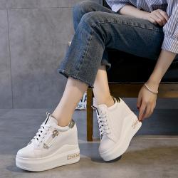 [มีหลายสี] รองเท้าผ้าใบเสริมส้น หนังไมโครไฟเบอร์นำเข้า แต่งซิปด้านข้าง สวย แฟชั่นสไตล์เกาหลี ส้นสูง 4 นิ้ว