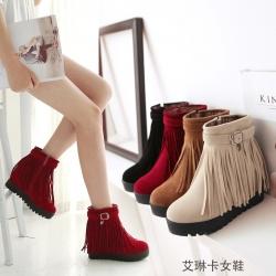 [มีหลายสี] รองเท้าบูทสั้นผู้หญิง วัสดุหนังนิ่ม แต่งพู่ ซิปด้านใน ทรงสวย เสริมส้นสูงด้านในสไตล์เกาหลี ด้านบนแต่งหัวเข็มขัด (พื้นหนา 1 นิ้ว / เสริมส้น 2 นิ้ว)