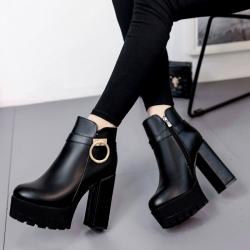 รองเท้าบูทสั้นผู้หญิงส้นสูง ส้นใหญ่ หนังpu สีดำ ซิปด้านใน แต่งอะไหล่ด้านข้าง สวยสไตล์อังกฤาย้อนยุค ส้นสูง 4.5 นิ้ว