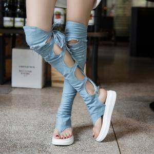 [มีหลายสี] รองเท้าแตะคีบ พื้นหนา เปิดส้น แฟชั่นหนังpu + ผ้ายีนส์ขาดเก๋ๆ ทรงสูงเหนือเข่า ร้อยด้านหลัง พื้นหนา 2 นิ้ว