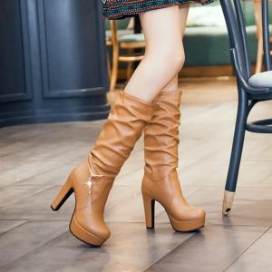 [มีหลายสี] รองเท้าบูทยาวผู้หญิงส้นสูง วัสดุหนังpu จับย่น ด้านข้างแต่งอะไหล่มุก ส้นสูง 4.5 นิ้ว / แพลตฟอร์มสูง 1.5 นิ้ว