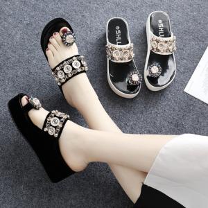 [มี2สี] รองเท้าแตะพื้นหนา แฟชั่นนหัง pu คีบนิ้วโป้ง หน้าแต่งเพชรสวยหรูสไตล์โรมัน ส้นสูง 2.5 นิ้ว