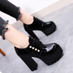 [มีหลายสี] รองเท้าบูทผู้หญิงส้นสูง หนังpu ผูกเชือก แต่งอะไหล่มุก สวย แฟชั่นสไตล์อังกฤษย้อนยุค แพลตฟอร์มสูง 2.5 นิ้ว / ส้นสูง 4.5 นิ้ว