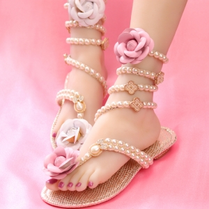 [มีหลายสี] รองเท้าแตะส้นแบน หัวปลา พันรอบขา แฟชั่นหนังpu แต่งเพชร แต่งมุกสีขาว ดีไซน์ประดับดอกไม้ สวยหวาน สไตล์โรมัน พื้นรองเท้าเป็นหนังไมโครไฟเบอร์