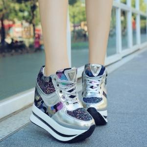 [มีหลายสี] รองเท้าผ้าใบแฟชั่นทรงสปอร์ต วัสดุหนังpu ลายพราง แต่งกลิตเตอร์สวยวุ้งวิ้ง ผูกเชือก ทรงสวย ส้นสูง 4.5 นิ้ว