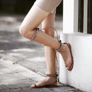 [มี2สี] รองเท้าแตะส้นแบน แฟชั่นหนังไมโครไฟเบอร์ คีบนิ้วโป้ง โชว์ผิว แต่งโซ่ 2 ตอน สวยสไตล์ยุโรป (ใส่ได้2แบบ)
